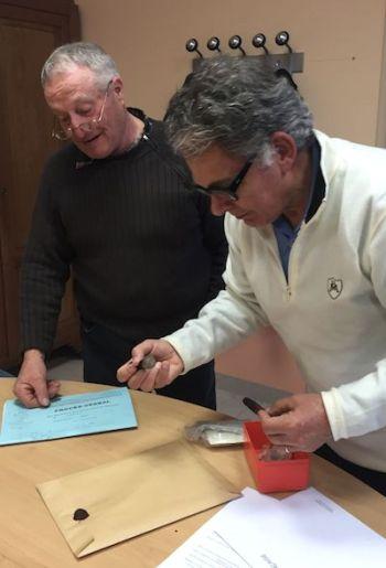 M. le Maire de Saint Germier, Jean-François LHERMITTE et son 2e Adjoint, Hubert PAILLAT scellent l'enveloppe des résultats du premier tour des Élections Départementales 2015.