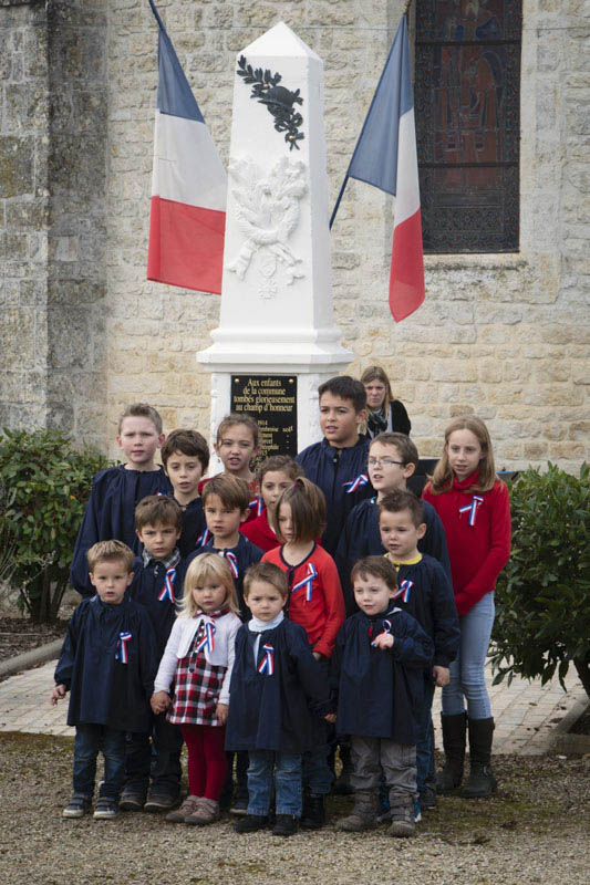 Les enfants chantent la Marseillaise devant le Monument aux Morts.