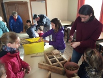 St Germier (79340)-2 mars 2016-Alexis du CPIE Gâtine Poitevine fabrique un hôtel à insectes avec les enfants © DR