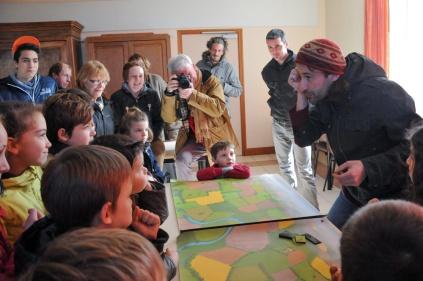 St Germier (79340)-2 mars 2016-Alexis du CPIE Gâtine Poitevine présentent aux enfants les atouts et bienfaits de nos haies © Louise Baheux