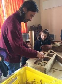 St Germier (79340)-2 mars 2016-Alexis du CPIE Gâtine Poitevine remplit l'hôtel à insectes avec les enfants © DR