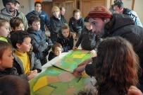 St Germier (79340)-2 mars 2016-Les enfants écoutent Alexis du CPIE Gâtine Poitevine parler des haies et de biodiversité © Louise Baheux