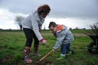 St Germier (79340)-2 mars 2016-Nathalie Lanzi aide un petit St Germarien à planter la haie © Louise Baheux