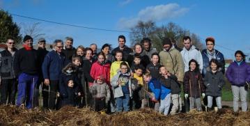 St Germier (79340)-2 mars 2016-Photo souvenir du chantier participatif de plantation avec la Région APCL, le CPIE Gâtine Poitevine, le CSC79 des Forges et les enfants du village © Louise Baheux