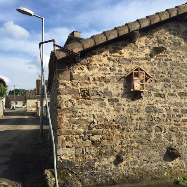 Un des hôtels à insectes a été installé sur le lavoir communal, dans le bourg de Saint-Germier