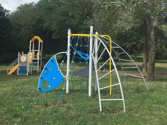 De nombreux jeux pour enfant sont présents dans le parc de l'étang de Saint-Germier 79340