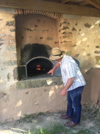 Emmanuel Davignon met en chauffe le four à pain de Saint Germier.